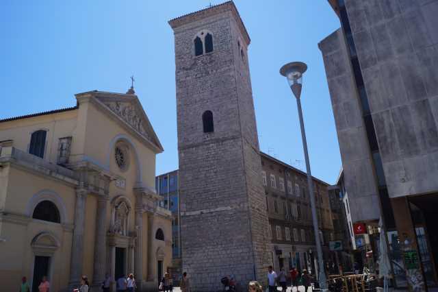 Die Kirche Maria Himmelfahrt mit dem schiefen Turm von Rijeka