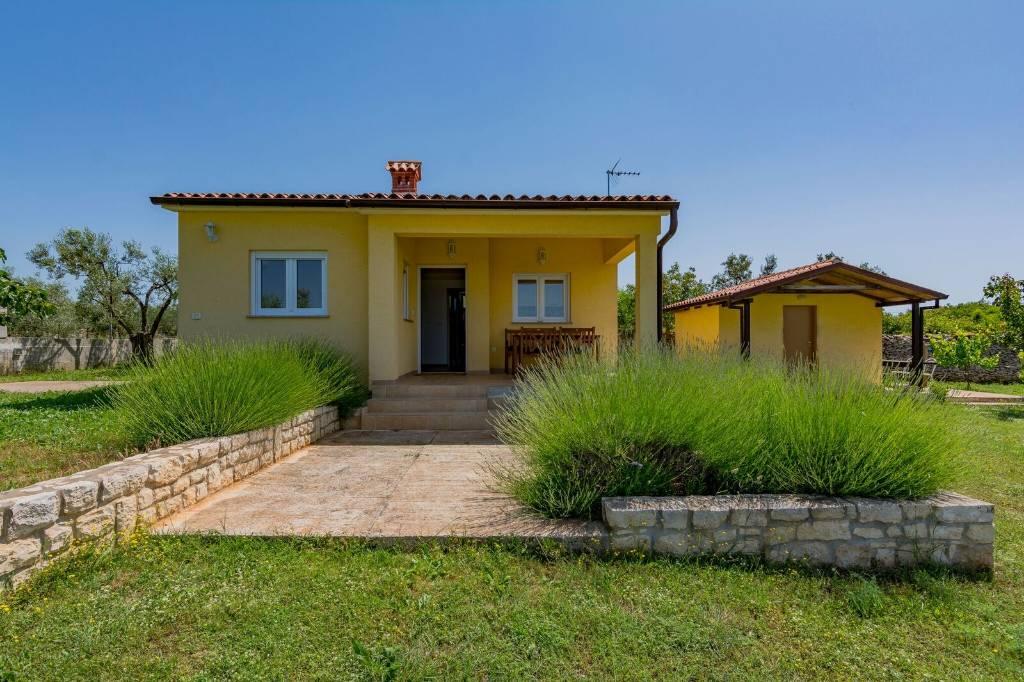 dom letniskowy Sommerferienhaus mit Meerblick und großem eingezäuntem Garten, Fazana, Fazana Istrien Südküste Chorwacja