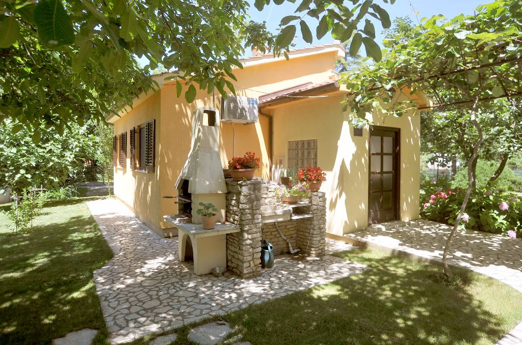 Casa di vacanze Ferienhaus Maja ist ein alleinstehendes Ferienhaus und befindet sich nur ca. 100 m vom Meer, Medulin, Medulin Istrien Südküste Croazia