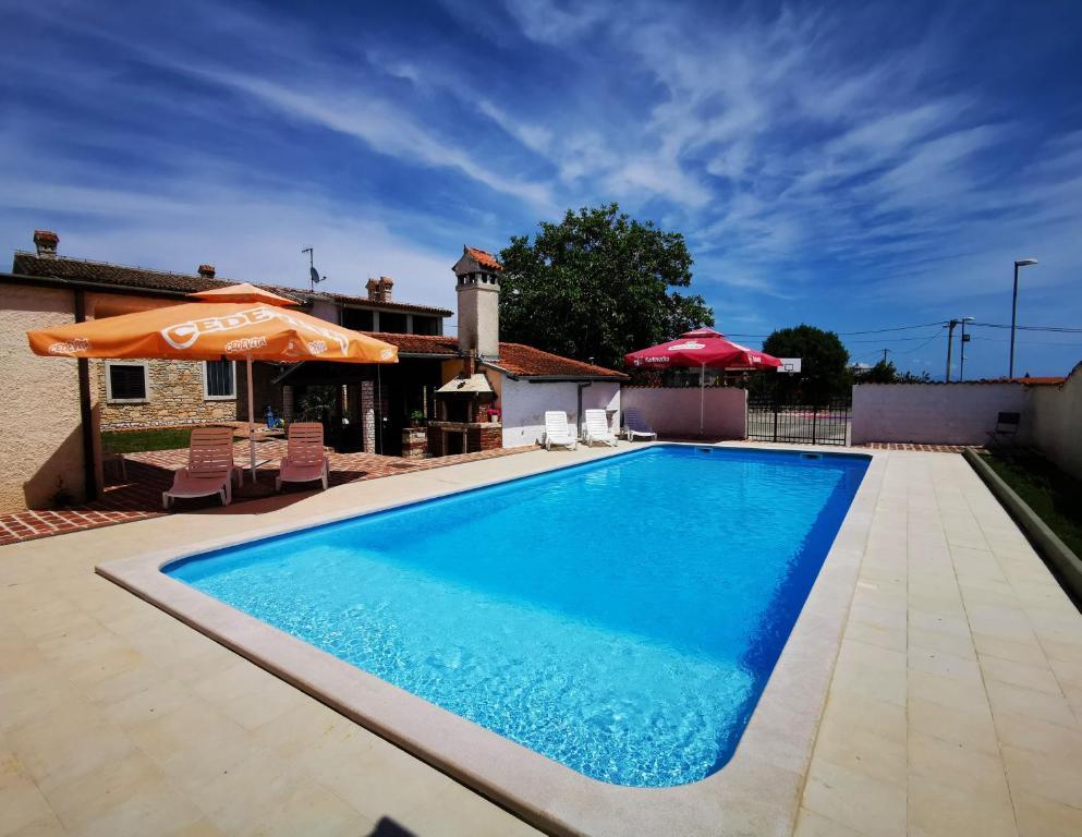 Atostogoms nuomojami namai Rural-maritimen freistehender Komplex mit Pool, Basketball und Gym Halle, Pula, Pula Istrien Südküste Kroatija