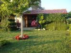 Atostogoms nuomojami namai Het huis met een grote tuin en een terras. Comfortabel appartement met twee kamers met de accommodat, Zadar, Zadar Norddalmatien Kroatija
