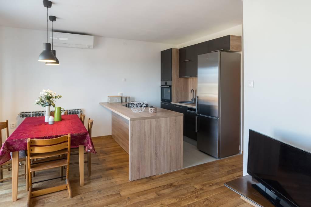 Appartamento di vacanze Küche und Wohnzimmer, drei Schlafzimmer, geräumiges Badezimmer und Terrasse. Garagenplatz,klima,WIFI, Pješčana uvala, Pula Istrien Südküste Croazia