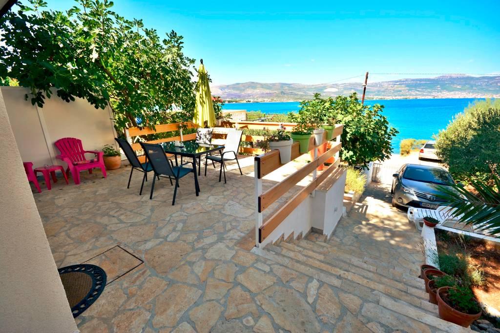 Atostogoms nuomojami butai Villa Bua - Apartment 2+2, Ersten Reihe zum Meer, geräumige Terrasse mit Meerblick, Klima, Wifi, Arbanija, Trogir Mitteldalmatien Kroatija