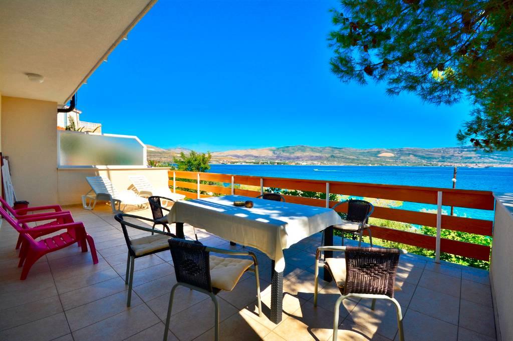 Atostogoms nuomojami butai Villa Bua - Apartment 4+2, ersten Reihe zum Meer, geräumige Terrasse mit Meerblick, Klima, Wifi, Arbanija, Trogir Mitteldalmatien Kroatija