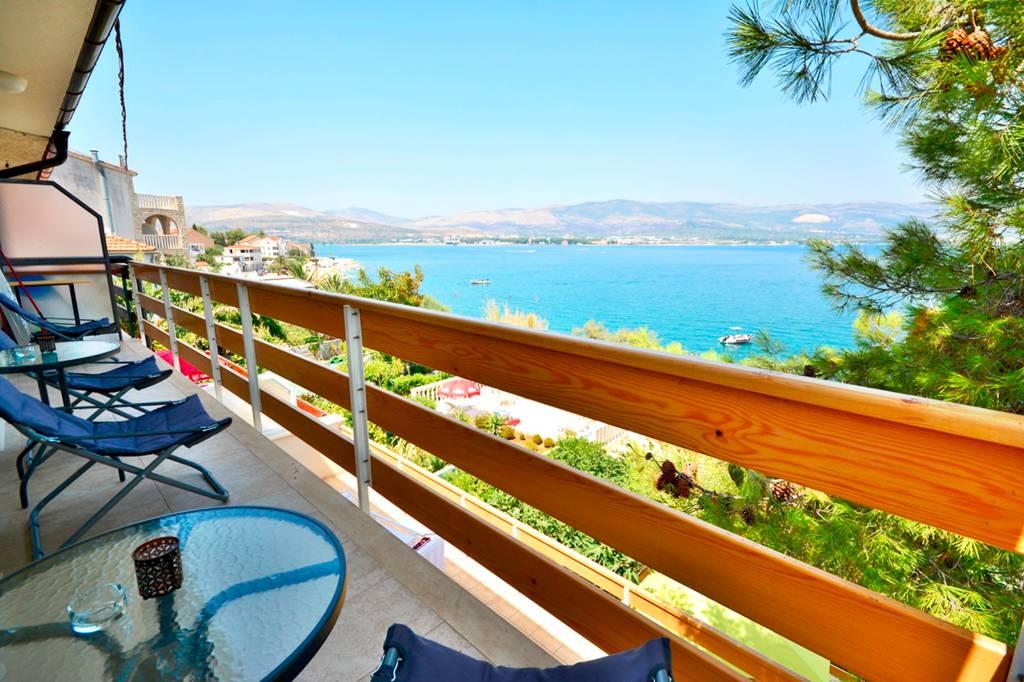 Atostogoms nuomojami butai Villa Bua Penthouse 4+2, ersten Reihe zum Meer, geräumiger Balkon mit Meerblick, Klima, Wifi, Arbanija, Trogir Mitteldalmatien Kroatija