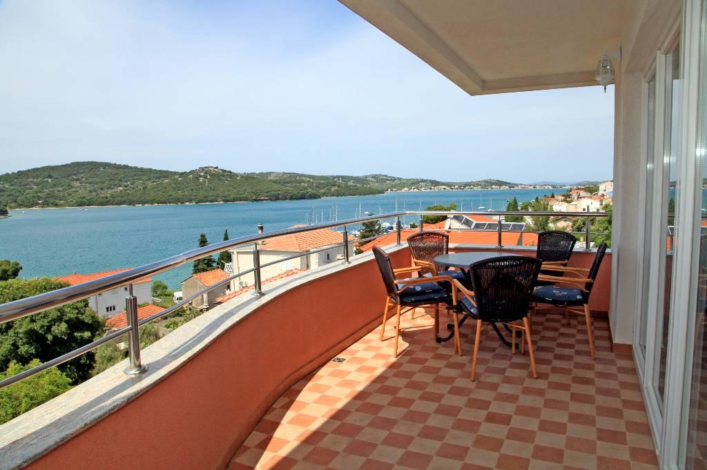 Atostogoms nuomojami butai Die Ferienwohnungen Hari liegen in ruhiger Umgebung und doch nur 50 m vom Meer entfernt., Tisno, Insel Murter Mitteldalmatien Kroatija