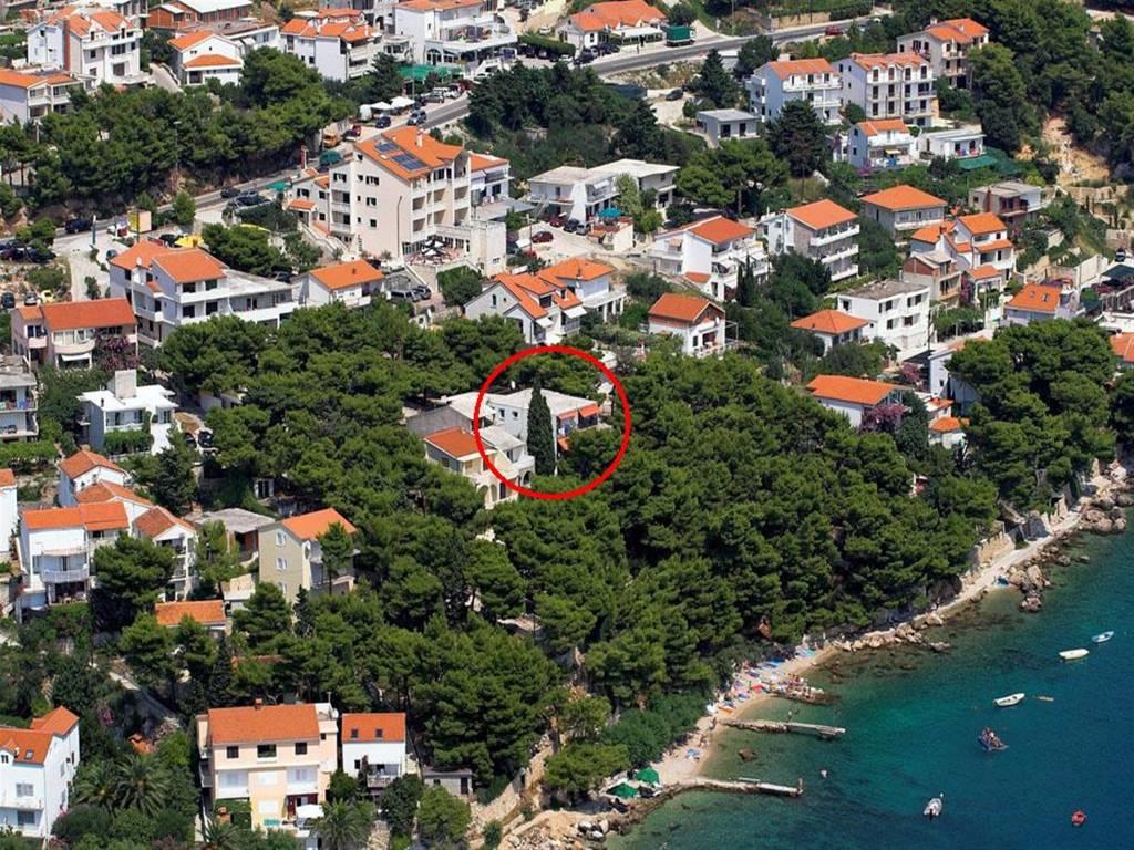 Apartmán Drei Zimmer Ferien Vohnung mit Terase mit Blick am Meer, vom Garden direkt am Strand, Stanici, Omis Mitteldalmatien Chorvatsko