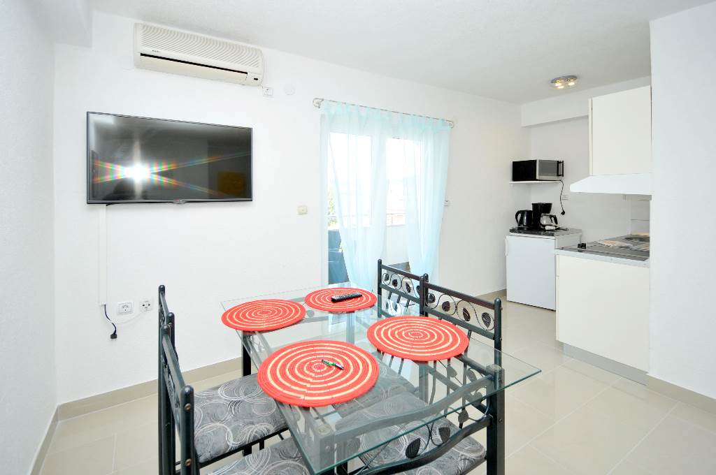 Ferienwohnung Martin - Apartment with balcony and sea view in Okrug Gornji, Mitteldalmatien Trogir Croazia Wohnzimmer