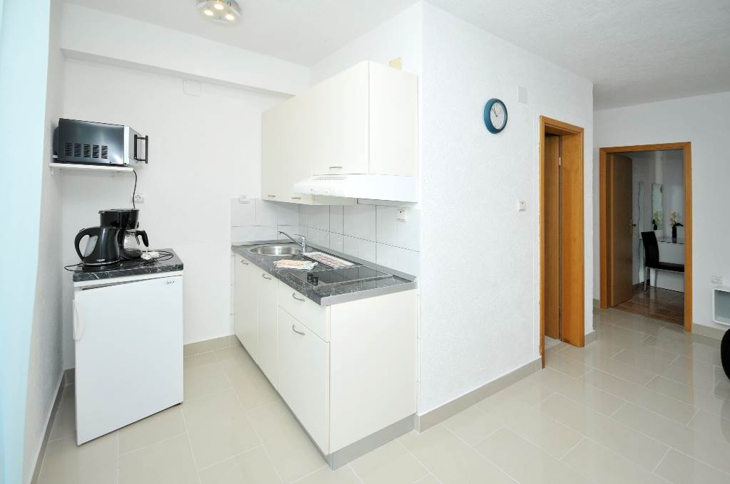 Ferienwohnung Martin - Apartment with balcony and sea view in Okrug Gornji, Mitteldalmatien Trogir Croazia Küche