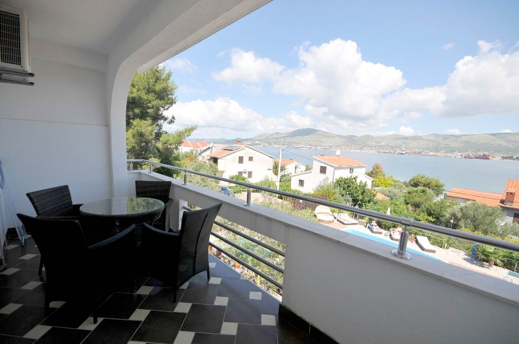 Ferienwohnung Martin - Apartment with balcony and sea view in Okrug Gornji, Mitteldalmatien Trogir Croazia Balkon mit meeressblick