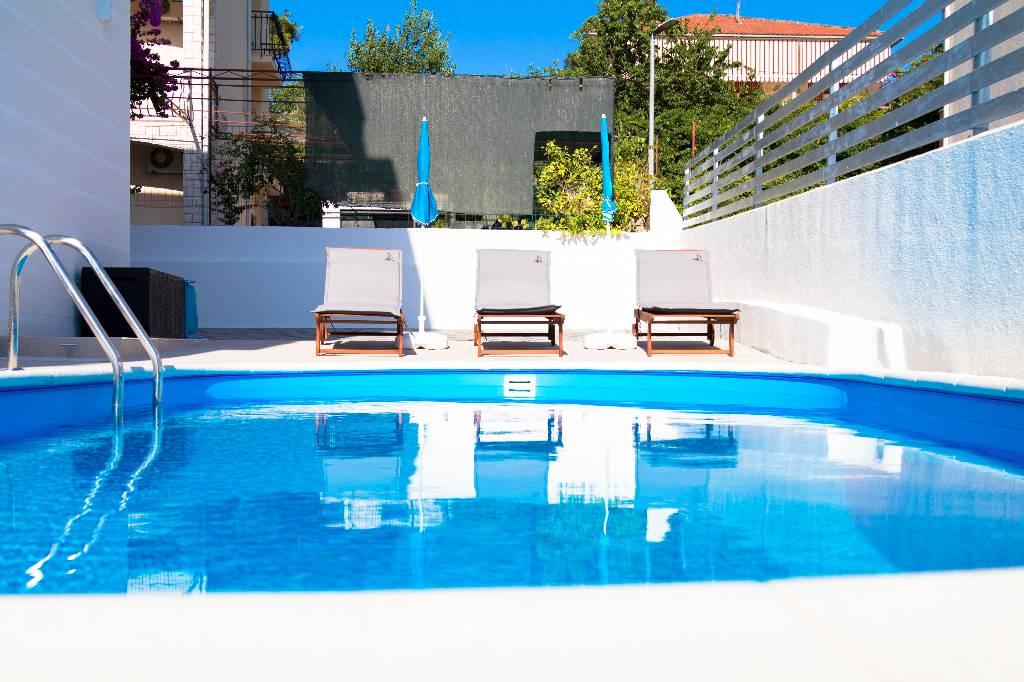 ferienwohnung in okrug gornji trogir mit pool meerblick. Black Bedroom Furniture Sets. Home Design Ideas