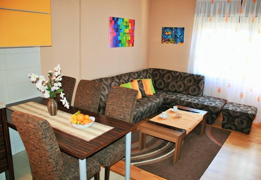 Atostogoms nuomojami butai Apartman s pogledom na more  je površine 120m2, 3 spavaće sobe, modernu kuhinju, kupaonu i terasu , Bibinje, Bibinje Norddalmatien Kroatija