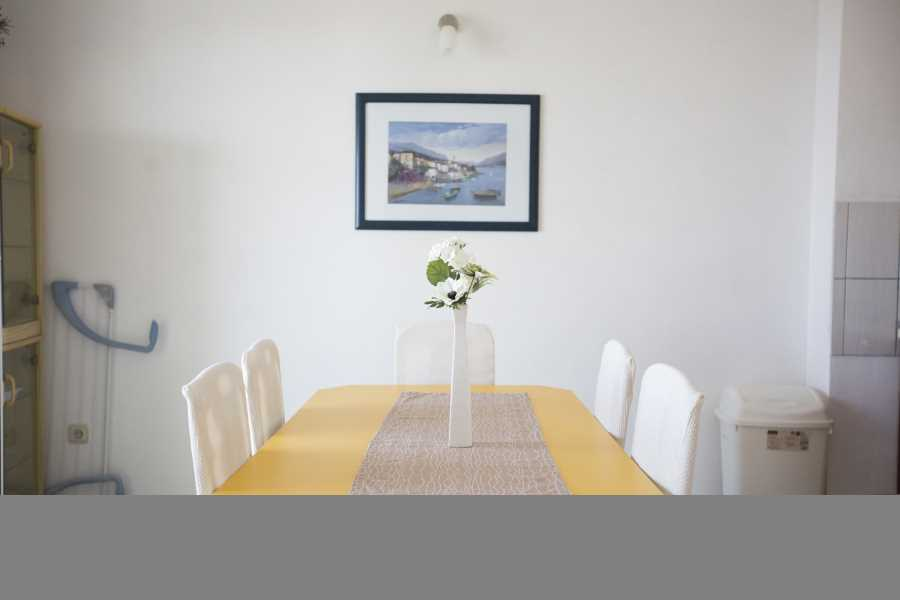 Ferienwohnung Modern 2 rooms apartment for families located in a quiet and safe street with beautiful view. in Pag, Mandre, Norddalmatien Insel Pag  Schönes Esszimmer mit Küche und herrlichem Blick auf das Meer.  Lovely dining room with kitchen and amazing view on the sea.