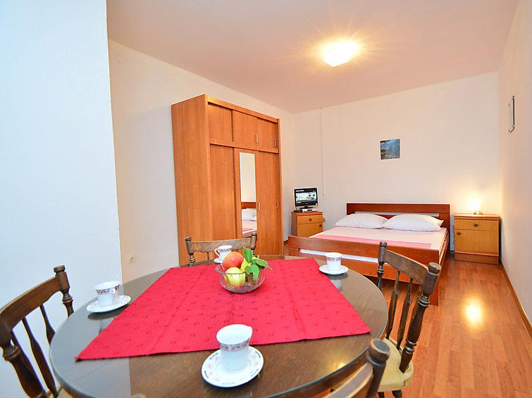 Atostogoms nuomojami butai Studio apartman za 4 osobe, kompletno opremljen, odvojena soba, 2 kupaone, balkon. 50 metara od mora, Žaborić, Sibenik Norddalmatien Kroatija