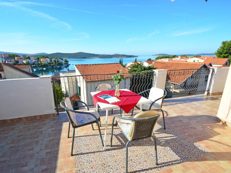 Atostogoms nuomojami butai Kompletno opremljen apartman za 6 osoba. 2 sobe 2 kupaone, kuhinja, dnevna soba, terasa s pogledom, Žaborić, Sibenik Norddalmatien Kroatija
