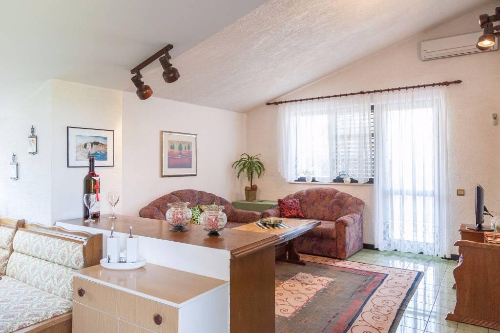 Ferienwohnung Wohnung Besteht Aus Küche, Wohnzimmer, Zwei Schlafzimmer, Bad  Und Balkon In Tribunj
