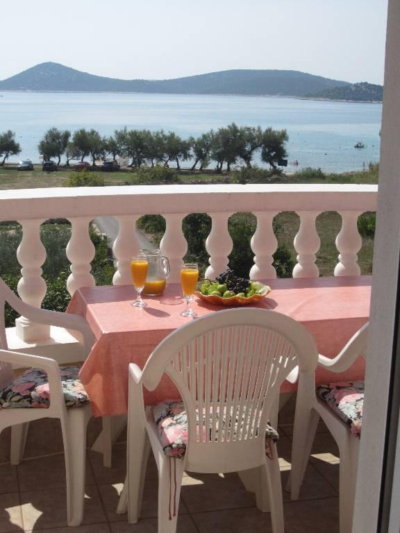 prázdninový  byt Erste Reihe am Meer, unverbaute Aussicht auf den Strand und Inseln, großer Balkon, sichere Parkplätz, Vodice, Vodice Norddalmatien Chorvátsko