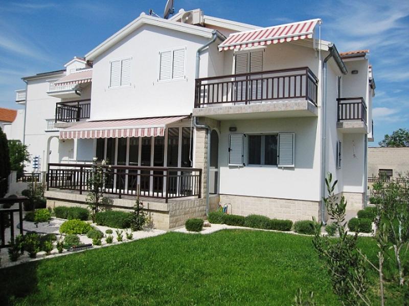 Atostogoms nuomojami butai Ferienhaus  mit 2 neuen Luxuswohnungen für die Erholung befindet sich in ruhiger Zone. , Vodice, Vodice Norddalmatien Kroatija