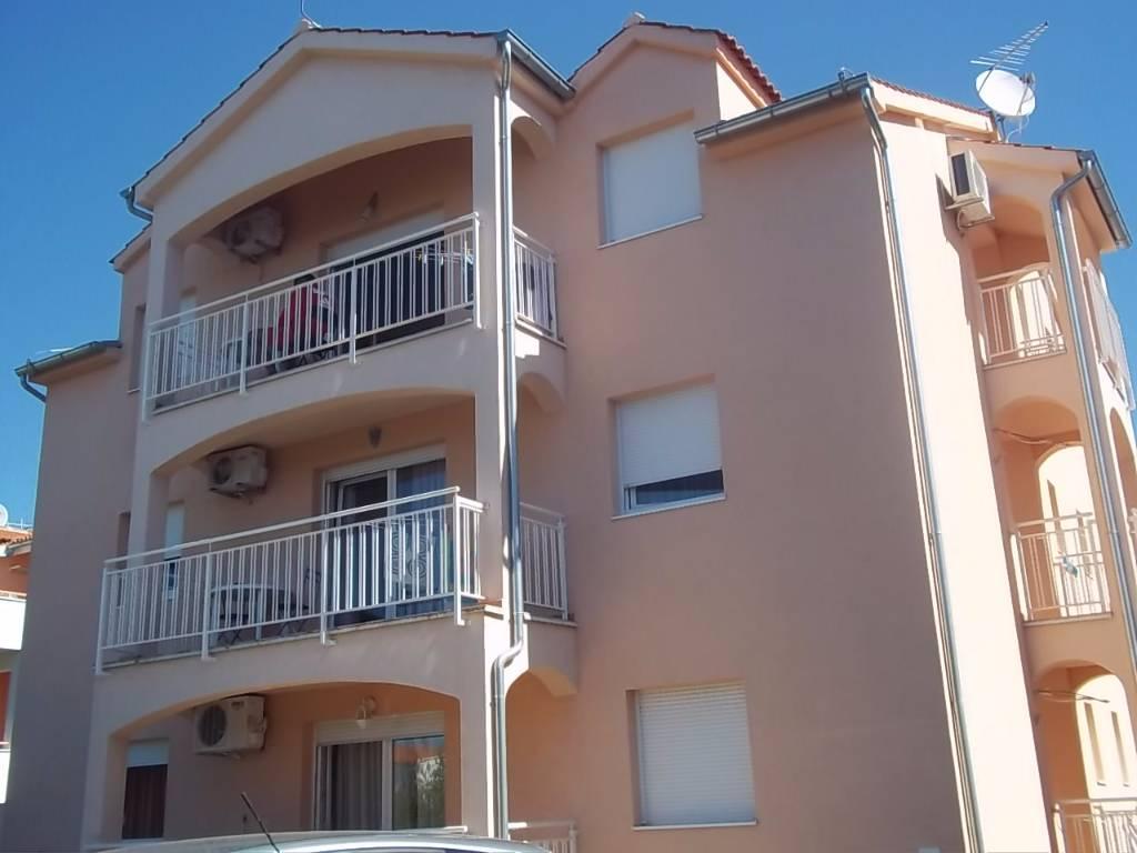 Atostogoms nuomojami butai Die Wohnung verfügt über zwei Schlafzimmer, ein Wohnzimmer mit Küche und Sofa für zwei Personen, Bad, Vodice, Vodice Norddalmatien Kroatija