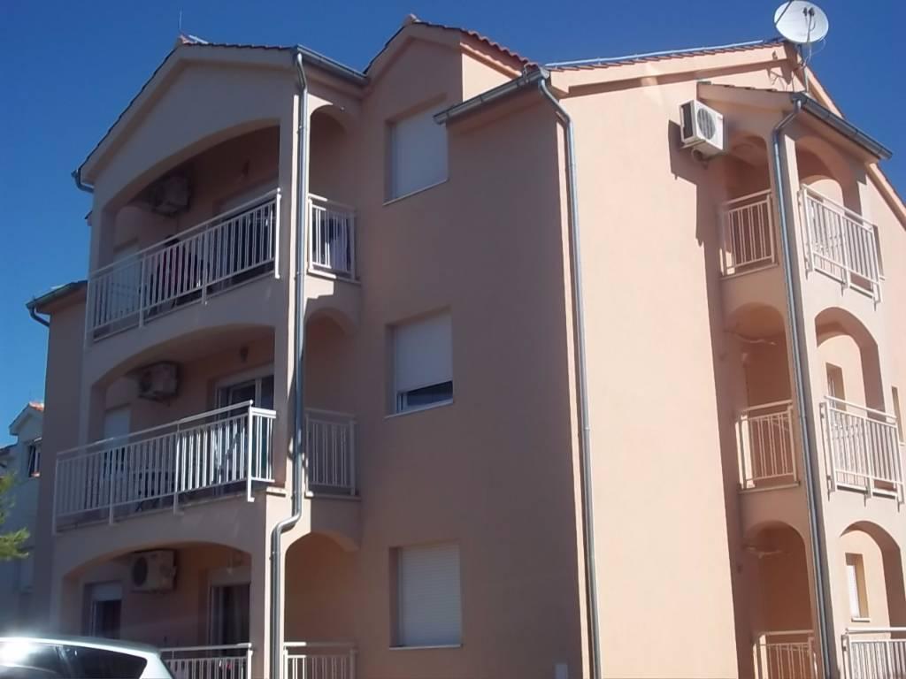 Atostogoms nuomojami butai Die Wohnung verfügt über zwei Schlafzimmer, ein Wohnzimmer mit Küche und Schlafsofa für zwei Persone, Vodice, Vodice Norddalmatien Kroatija
