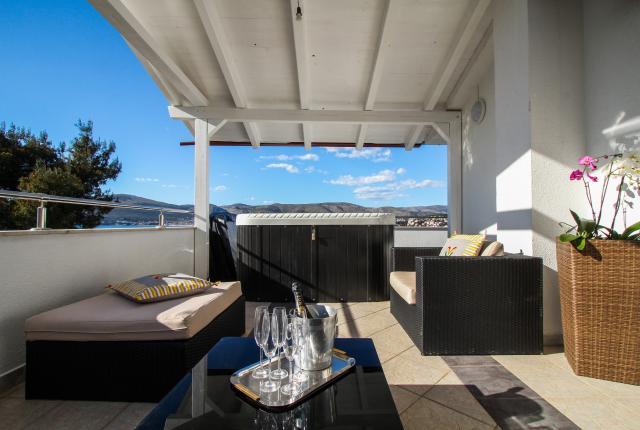 mieszkanie letniskowe Vilin konjic - Apartment with Jacuzzi and terrace with a sea view, Okrug Gornji, Trogir Mitteldalmatien Chorwacja