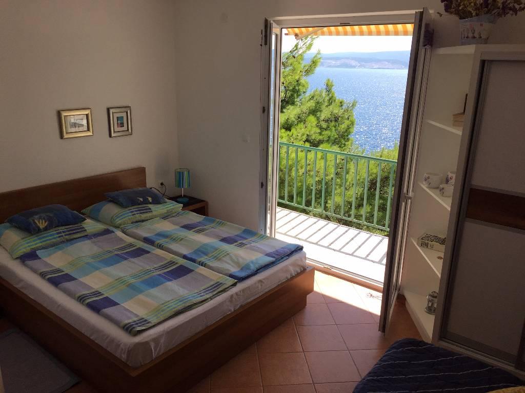 soukromý pokoj Soba za dvoje s mini kuhinjom, kupaonicom i prekrasnim pogledom na more, iz vrta direktno na plažu, Stanici, Omis Mitteldalmatien Chorvatsko