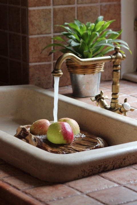 traditionelles Waschbecken aus Stein Traditional stone sink