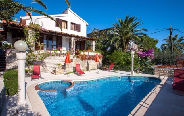 Villa in seget vranjic trogir mit whirlpool boot pool for Kroatien villa mit pool