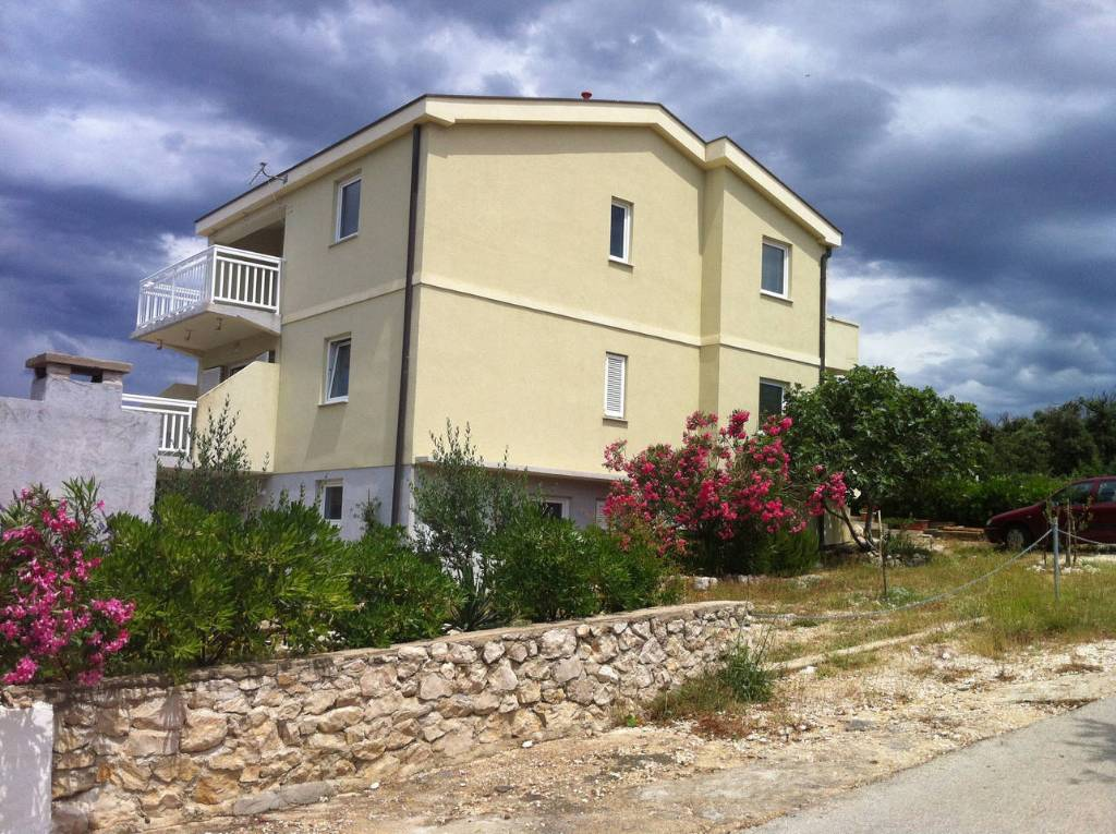 Ferienwohnung Apartment is perfect for a small family, outside is a big garden space. in Pag, Mandre, Norddalmatien Insel Pag